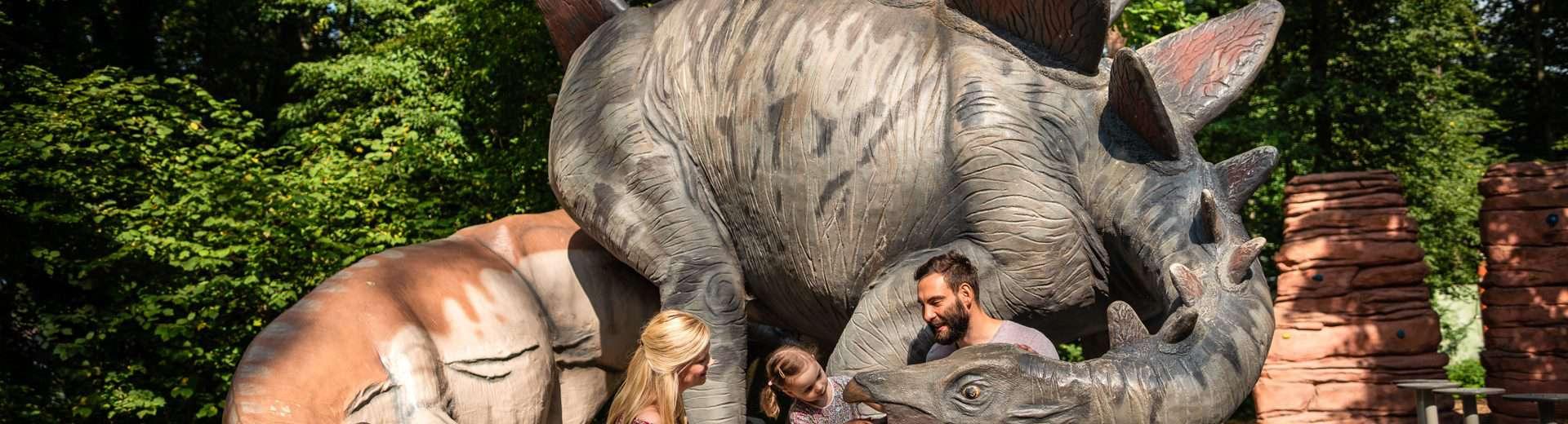 Familie im Sauerierpark Kleinwelka vor einem Saurier