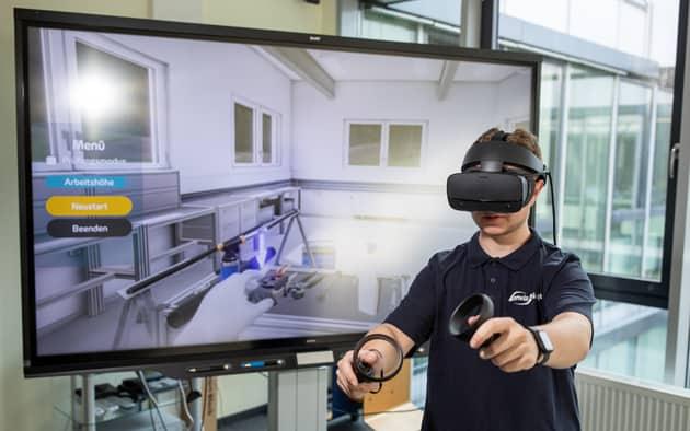 Auszubildender beim virtuellen Training