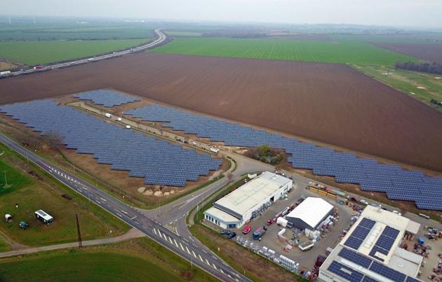 Solarpark Nienburg von oben, Drohnenaufnahme von Photovoltaikanlagen