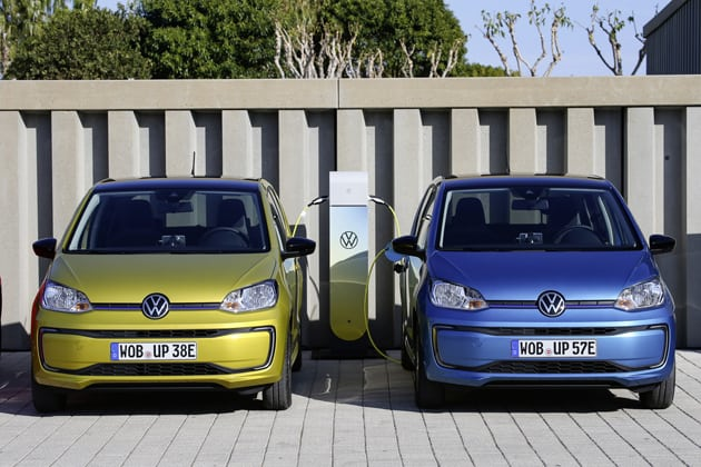 zwei Elektrofahrzeuge VW e-up