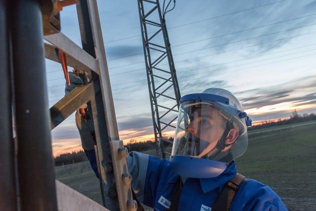 Gemeinsam in die Zukunft, Arbeitsgemeinschaft Flächennetzbetreiber Ost, Monteur am Strommast