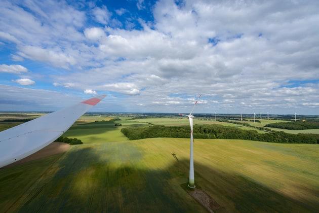 Gemeinsam in die Zukunft, Arbeitsgemeinschaft Flächennetzbetreiber Ost, Windpark vor blauem Himmel