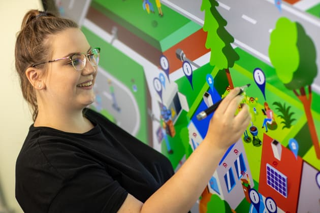 Auszubildende im Bildungszentrum beim digitalen Lernen