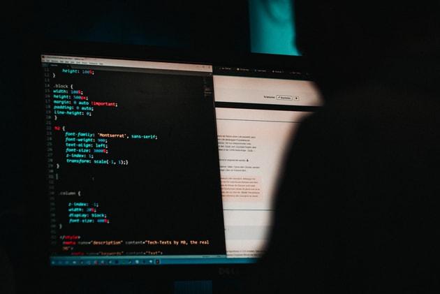 Cyberkriminalität, Hacker vor Bildschirm