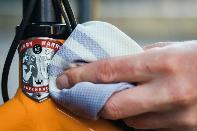 Fahrrad putzen mit einem Lappen