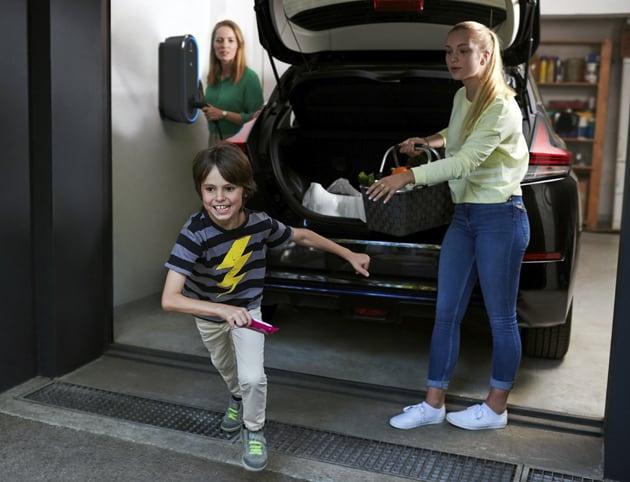 Elektroauto einer Familie wird an Wallbox geladen