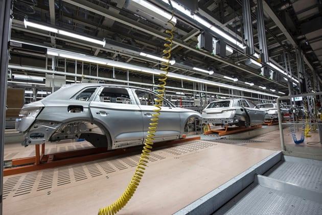 Autos bei Herstellung im Werk