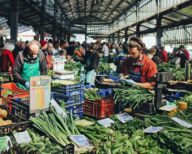 saisonales Obst und Gemüse aus der Region zum Verkauf in einer Markthalle