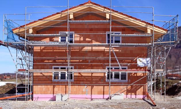 eingerüstetes Haus, Einfamilienhaus im Bau
