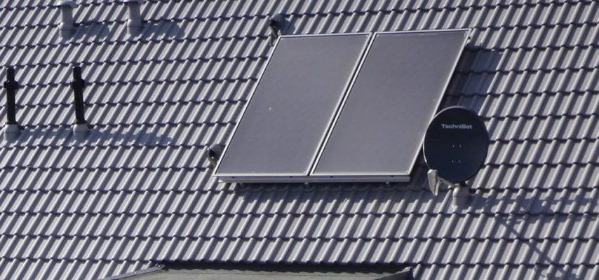 Solarthermie Anlage auf einem Dach
