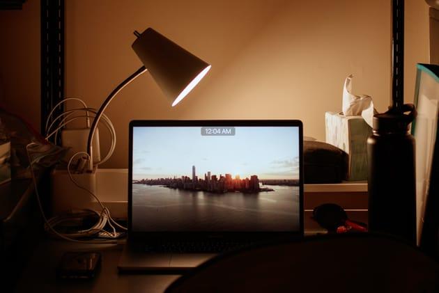 Schreibtisch mit Lampe und Monitor