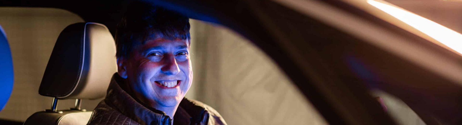Michael Freitag, Projektleiter Datacenter, envia TEL, sitzt in einem Auto