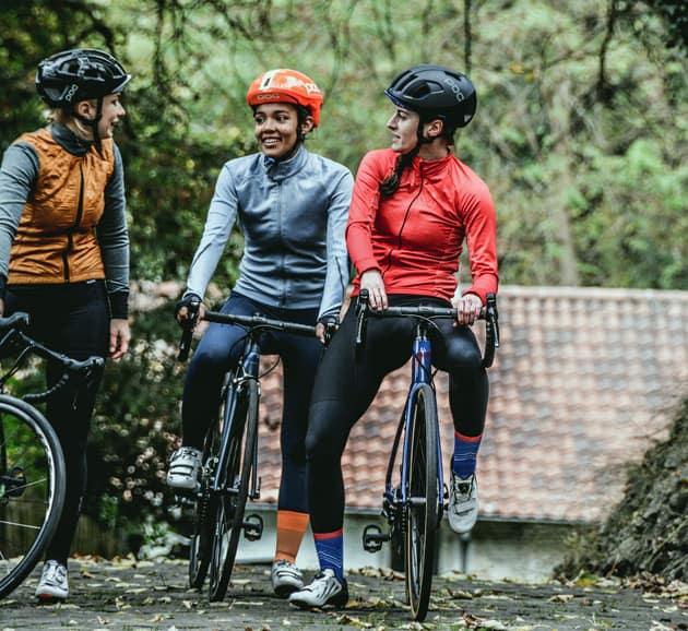 drei junge Frauen mit Rennrädern