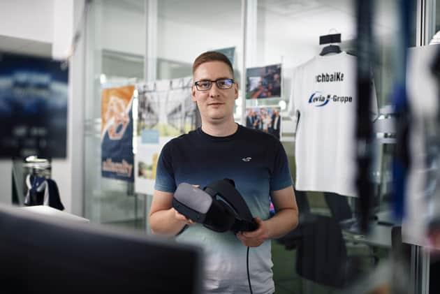 Sebastian Wolfermann mit VR-Brille, Projekt Virtuelles Umspannwerk