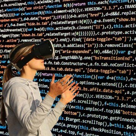 Frau mit VR-Brille vor Zahlenwand