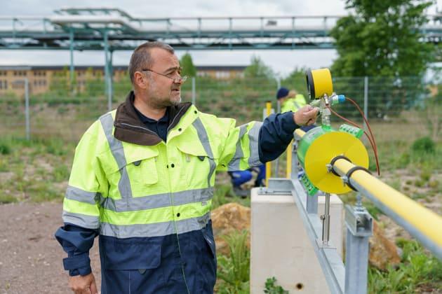 Mann prüft Messeinrichtungen im Forschungsprojekt Wasserstoffdorf Hypos