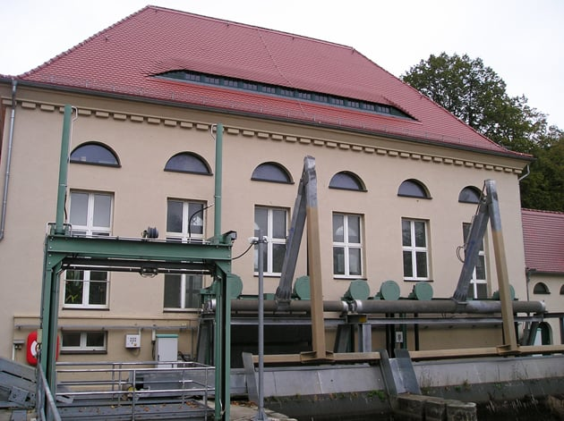 Gebäude der Wasserkraftanlage Waldenburg mit technischem Gerät in Vordergrund