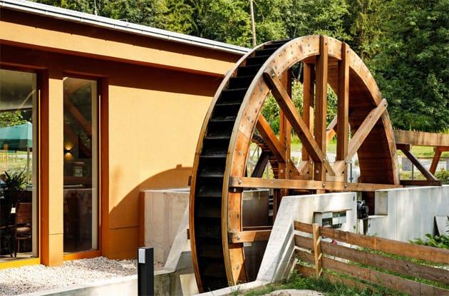Wasserrad einer Mühle im Zeitzgrund in Thüringen, Wasserkraft