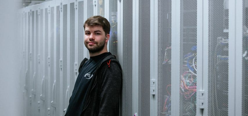 Azubi Edwin Schiewe steht vor den Technikschränken im Datacenter Leipzig 2
