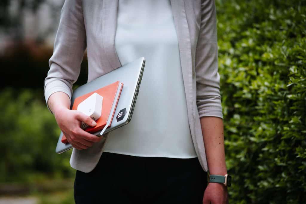 Lisa Lipfert hat den Sensor der enviaM-Haushaltsampel und weitere Arbeitsmaterialien unter dem Arm