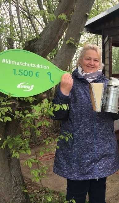 zwei Frauen der Ökostation Neugattersleben mit Spendenscheck, Klimaschutzaktion