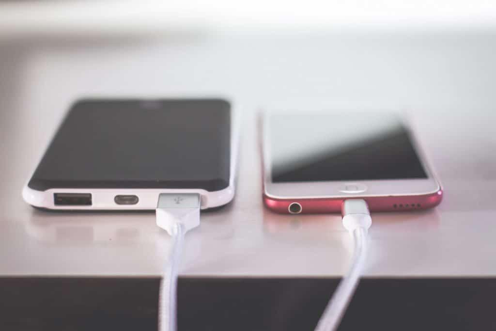 Zwei Smartphones mit unterschiedlichen Anschlüssen werden aufgeladen.