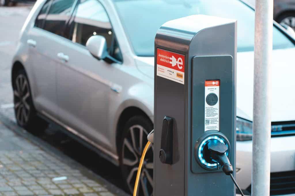 Elektroauto beim Laden an öffentlicher Ladesäule