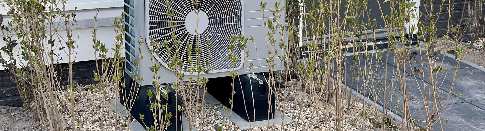 Wärmepumpe steht an einem Einfamilienhaus