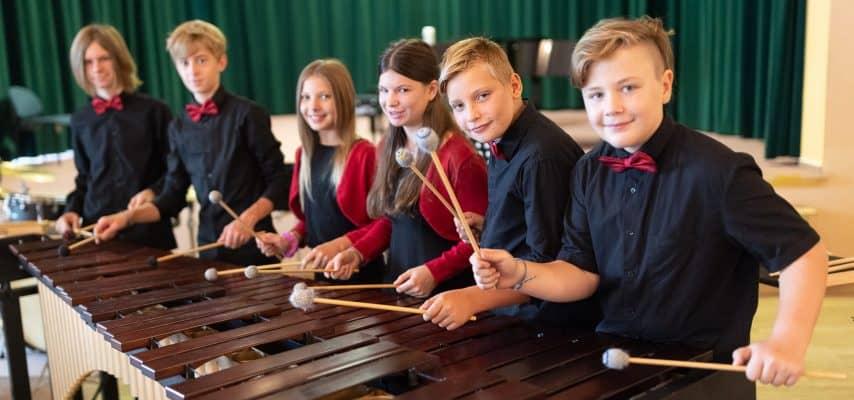 sechs junge Musiker mit Instrument bei Musik aus Kommunen